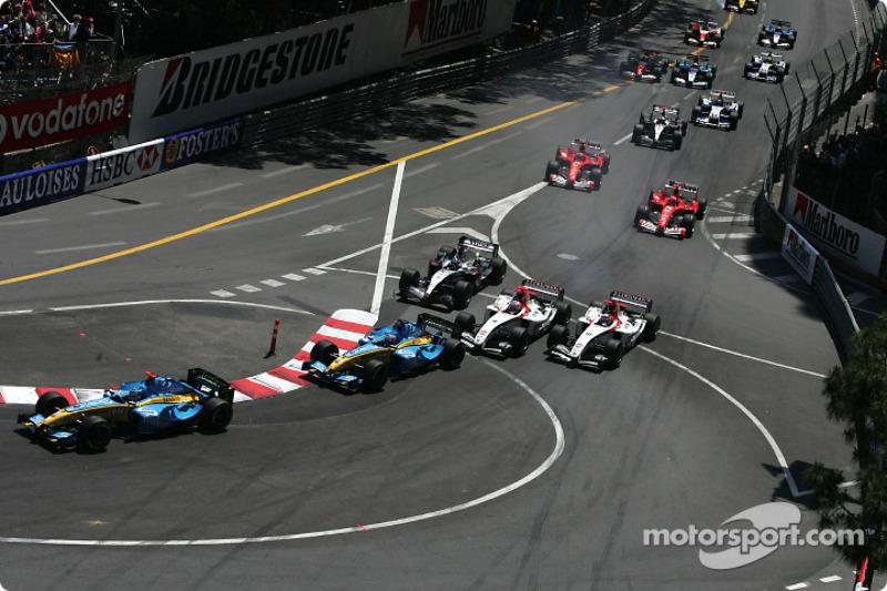 Start: Jarno Trulli takes the lead ahead of Fernando Alonso
