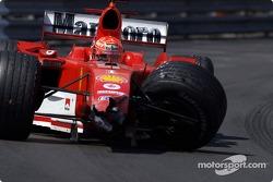 Michael Schumacher conduce su coche averiado hacia el pit