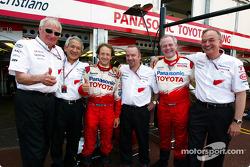 Cristiano da Matta celebra el 6 º lugar final con los miembros del equipo Toyota