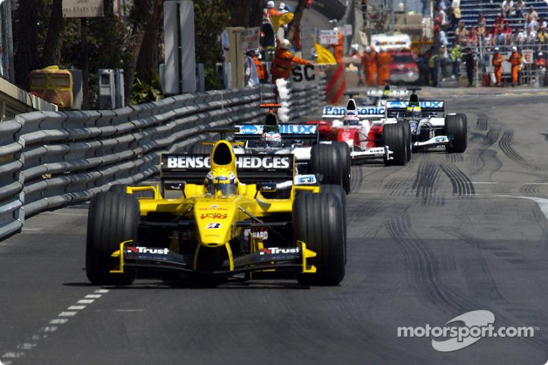 Невероятные события в Монако продолжались. На этот раз одну из своих безумных штучек провернул Эдди Джордан: пока один пилот его команды, Джорджо Пантано (на фото), специально ехал медленно, другой, Ник Хайдфельд, успел остановиться в боксах и получить свежую резину, не потеряв позиции. После этого FIA запретила такие действия