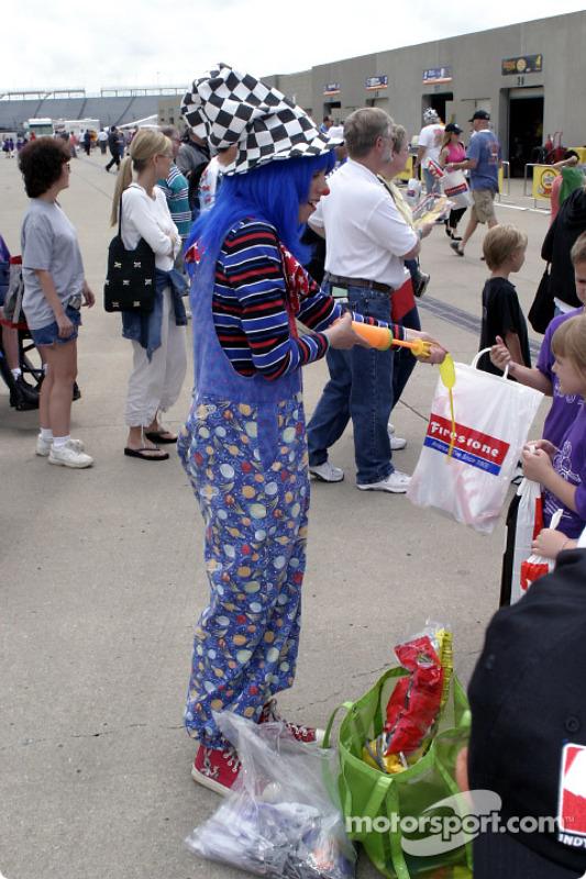 Un clown divertit les fans