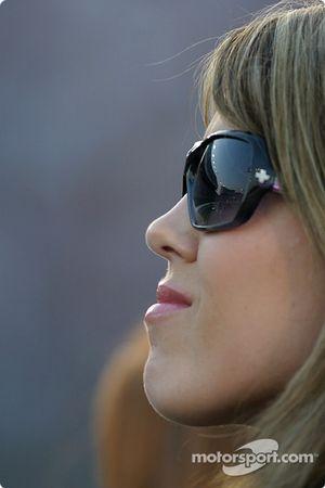 Shana Mayfield regarde le run de qualifications de son mari