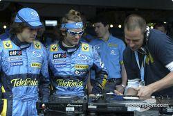Jarno Trulli ve Fernando Alonso watch DJ Tom Novy mixes, his decks