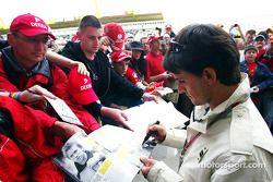 Giorgio Pantano imza dağıtıyor
