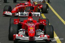 Vencedor Michael Schumacher chega no Parc Ferme