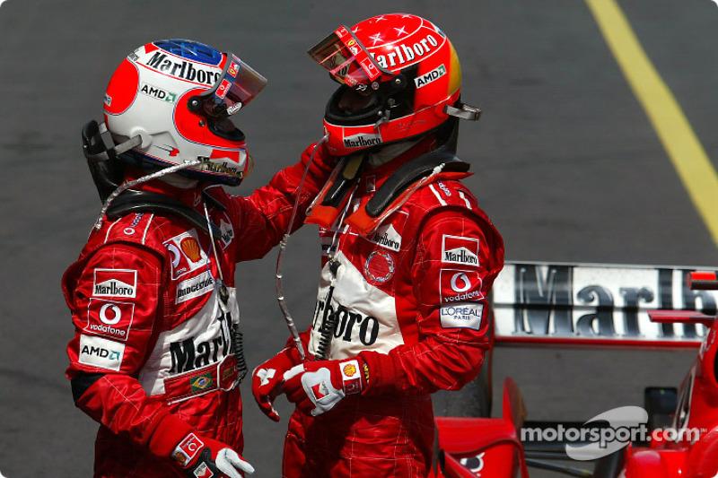 Yarış galibi Michael Schumacher kutlama yapıyor ve Rubens Barrichello