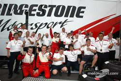 Los miembros del equipo Bridgestone celebran