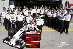 Takuma Sato ve Honda takım elemanları celebrate 40th anniversary, Honda'in first race Grand Prix, N�