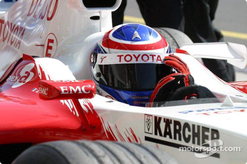 Перед стартом не повезло Оливье Панису. Француз, победивший в княжестве в памятном Гран При 1996 года, должен был начинать гонку с 13-го места, но заглох, и его Toyota откатили на пит-лейн. Пелотон между тем отправили на еще один прогревочный круг, по ходу которого из машины Трулли стала вытекать охлаждающая жидкость…