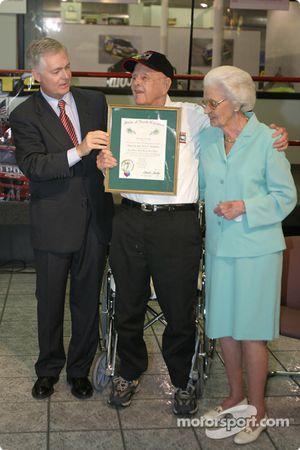 Cérémonie de remise de prix Papa Joe Hendrick : le Gouverneur de Caroline du Nord Michael F. Easley donne à Papa Joe et Mary T. Hendrick l'Order of the Long Leaf Pine