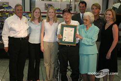 Cérémonie de remise de prix Papa Joe Hendrick : Papa Joe et Mary T. Hendrick avec l'Order of the Long Leaf Pine et leur famille