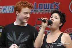 Les American Idols amusent les fans avant la course