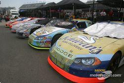 Les voitures sont prêtes pour la course après l'inspection technique