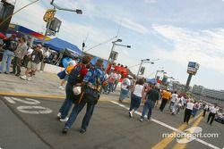 Des fans dans les stands avant la course