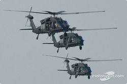 Des hélicoptères survolent la piste