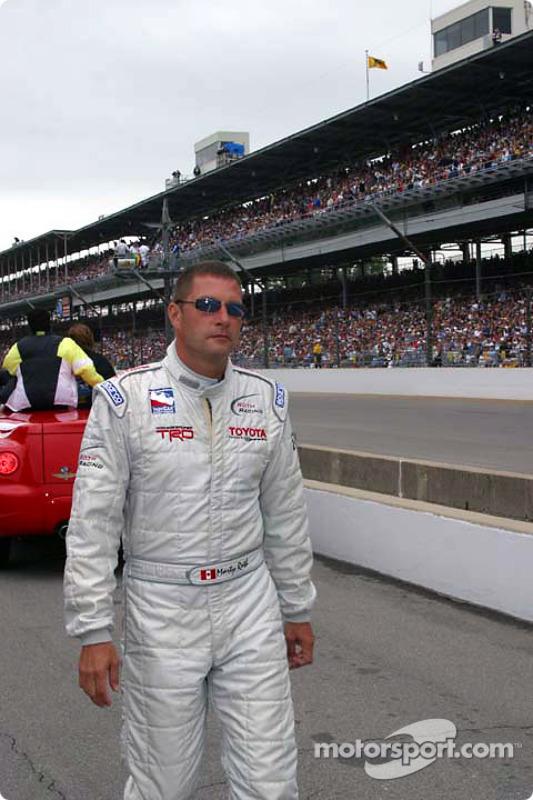 Marty Roth marche vers la grille de départ
