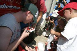 Dale Earnhardt Jr. signe un autographe sur une miniature de la n°8
