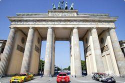 DTM vs. Fußball in Berlin: DTM-Autos vor dem Brandenburger Tor