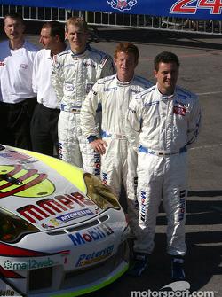 Photo d'équipe : La Porsche 911 GT3 RSR du White Lightning Racing avec Jorg Bergmeister, Patrick Long, Sascha Maassen