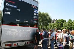 Le Champion Racing arrive à l'inspection technique