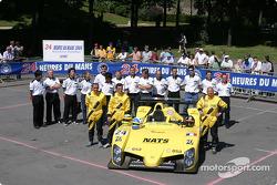 Photo d'équipe : la WR avec l'équipe et les pilotes Patrice Roussel, Olivier Porta, Yojiro Terada