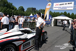 L'Audi R8 Audi Sport Japan Team Goh rentre dans la zone de vérifications