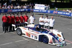 Photo d'équipe : la Reynard Lehmann de Noel Del Bello avec l'équipe et les pilotes Jean-Luc Maury-Laribière, Sylvain Boulay, Bruno Besson