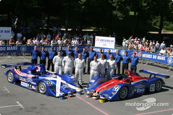 Photo d'équipe : La Lola Judd de l'Intersport Racing avec l'équipe et les pilotes Clint Field, Rick Sutherland, William Binnie, Jon Field, Duncan Dayton, Larry Connor