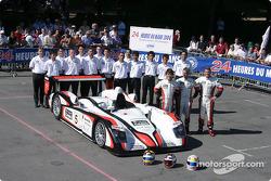 Photo d'équipe : L'Audi R8 d'Audi Sport Japan Team Goh avec l'équipe et les pilotes Seiji Ara, Rinaldo Capello, Tom Kristensen