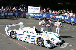 Photo d'équipe : L'Audi R8 Champion et ses pilotes Emanuele Pirro, JJ Lehto, Marco Werner