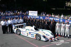 Photo d'équipe : l'Audi R8 du Champion Racing avec l'équipe et les pilotes Emanuele Pirro, JJ Lehto, Marco Werner