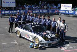 Photo d'équipe : La Porsche 911 GT3 RSR du Orbit Racing avec l'équipe et les pilotes Marc Lieb, Mike Rockenfeller