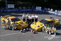 Photo d'équipe : la Corvette C5-R du Corvette Racing avec l'équipe et les pilotes Max Papis, Johnny O'Connell, Ron Fellows, Oliver Gavin, Olivier Beretta, Jan Magnussen