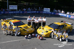 Photo d'équipe : la Corvette C5-R du Corvette Racing avec l'équipe et les pilotes Max Papis, Johnny O'Connell, Ron Fellows, Oliver Gavin, Olivier Beretta, Jan Magnussen