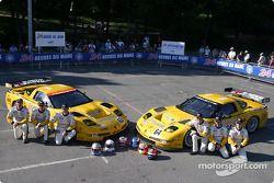 Photo d'équipe : la Corvette C5-R du Corvette Racing avec les pilotes Max Papis, Johnny O'Connell, Ron Fellows, Oliver Gavin, Olivier Beretta, Jan Magnussen
