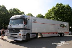 Un camion Larbre Compétition arrive aux vérifications techniques