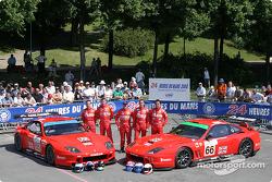 La Ferrari 550 Maranello n°65 du Prodrive Racing (Colin McRae, Darren Turner), la Ferrari 550 Maranello n°66 du Prodrive Racing (Alain Menu, Peter Kox, Tomas Enge)