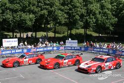 La Ferrari 550 Maranello n°65 du Prodrive Racing (Colin McRae, Darren Turner), la Ferrari 550 Maranello n°66 du Prodrive Racing (Alain Menu, Peter Kox, Tomas Enge) et la Ferrari 550 Maranello n°69 de Larbre Compétition (Christian Bouchut, Patrick Goueslar