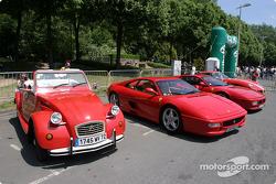 Des voitures rouges exposées