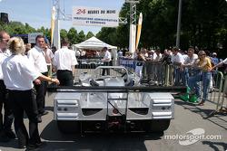 La Lola Caterpillar n°10 du Taurus Sports Racing file aux vérifications techniques