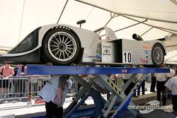 La Lola Caterpillar n°10 du Taurus Sports Racing à la scène n°1