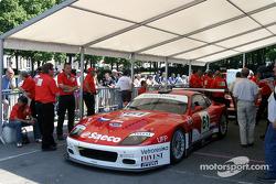 La Ferrari 575 Maranello n°61 du Barron Connor Racing sur la scène n°2