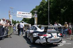 La Porsche 911 GT3 RS n°84 du Seikel Motorsport rentre dans les vérifications techniques