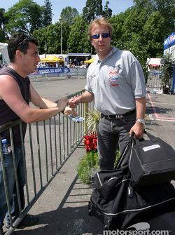 Frank Biela signe des autographes