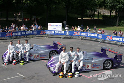 L'Audi R8 n°88 d'Audi Sport UK Team Veloqx (Jamie Davies, Johnny Herbert, Guy Smith) et l'Audi R8 n°8 d'Audi Sport UK Team Veloqx (Frank Biela, Pierre Kaffer, Allan McNish)
