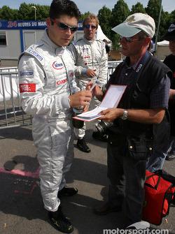 Pierre Kaffer signe des autographes
