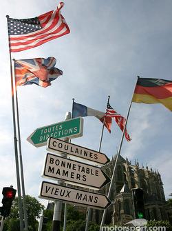 Des panneaux de signalisation et des drapeaux dans le centre du Mans