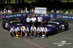 Photo d'équipe : le Chamberlain Synergy Motor et les pilotes Bob Berridge, Gareth Evans, Nigel Greensall, Jonathan Coleman, Lawrence Tomlinson, Chris Stockton