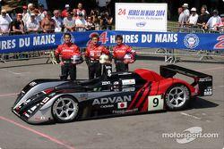 Photo d'équipe : le Kondo Racing et les pilotes Hayanari Shimoda, Ryo Michigama, Hiroki Katoh