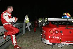 Mike Hezemans arrêté en bord de piste avec une Ferrari en panne d'essence
